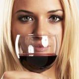Cara da mulher loura da beleza com vinho tinto Imagem de Stock