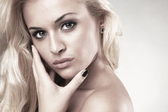 Retrato da mulher loura de levantamento bonita Foto de Stock Royalty Free