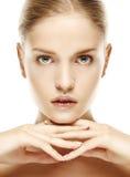 Retrato da mulher loura nova bonita com cara limpa fotografia de stock royalty free