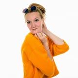 Retrato da mulher loura nova feliz que flerta e que sorri Imagens de Stock Royalty Free