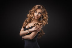 Retrato da mulher loura nova maravilhosa com o cabelo longo que olha a câmera Menina 'sexy' no vestido azul Foto de Stock