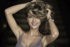 Retrato da mulher loura nova maravilhosa com o cabelo longo que olha a câmera, sorrindo Fotografia de Stock Royalty Free