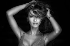 Retrato da mulher loura nova maravilhosa com o cabelo longo que olha a câmera, sorrindo Imagem de Stock Royalty Free