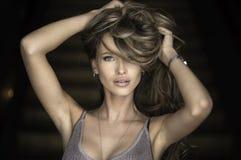 Retrato da mulher loura nova maravilhosa com o cabelo longo que olha a câmera, sorrindo Fotos de Stock Royalty Free