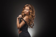 Retrato da mulher loura nova maravilhosa com o cabelo longo que olha a câmera Menina 'sexy' no vestido azul Imagem de Stock Royalty Free