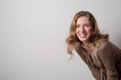 Retrato da mulher loura nova positiva com cabelo longo Fotografia de Stock