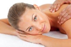 Retrato da mulher loura que aprecia uma massagem Fotos de Stock Royalty Free