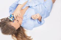 Retrato da mulher loura sensual que joga com cubo Fotografia de Stock