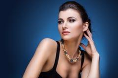 Retrato da mulher luxuosa na joia exclusiva Fotografia de Stock