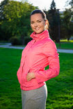 Retrato da mulher magro feliz no sportswear que anda em nivelar o pa imagem de stock