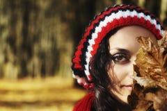 Retrato da mulher misteriosa na queda Imagem de Stock