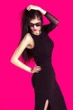 Retrato da mulher moreno bonita no vestido e em sunglass pretos Imagens de Stock Royalty Free