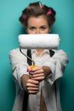 Retrato da mulher moreno bonito engraçada no cabelo fotos de stock royalty free