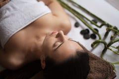 Retrato da mulher moreno fresca e bonita que toma a massagem principal Fotos de Stock