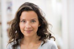 Retrato da mulher moreno nova bonita com sorriso atrativo Fotografia de Stock Royalty Free