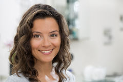Retrato da mulher moreno nova bonita com sorriso atrativo Imagem de Stock Royalty Free