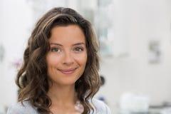 Retrato da mulher moreno nova bonita com sorriso atrativo Foto de Stock