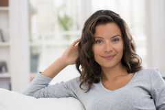Retrato da mulher moreno nova bonita com sorriso atrativo Fotografia de Stock
