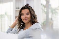 Retrato da mulher moreno nova bonita com sorriso atrativo Fotos de Stock