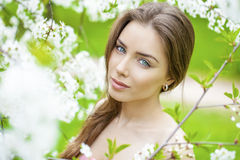Retrato da mulher moreno nova bonita na flor da mola Fotografia de Stock Royalty Free