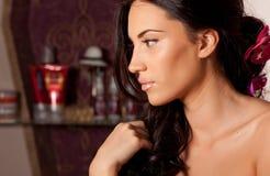 Retrato da mulher moreno nova com cabelo encaracolado na sala fotografia de stock