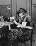 Retrato da mulher na mesa com letras (todas as pessoas descritas não são umas vivas mais longo e nenhuma propriedade existe Garan imagem de stock royalty free