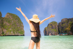 Retrato da mulher na nadada preta que levanta na praia tropical Foto de Stock Royalty Free