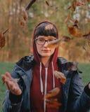 Retrato da mulher na natureza fotos de stock royalty free