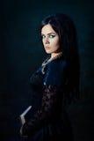 Retrato da mulher na obscuridade fotos de stock royalty free
