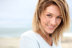 Retrato da mulher na praia foto de stock royalty free
