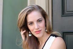 Retrato da mulher naturalmente bonita em seus anos 20 com cabelo louro e olhos azuis, tiro fora na luz solar natural Fotografia de Stock