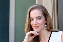 Retrato da mulher naturalmente bonita em seus anos 20 com cabelo louro e olhos azuis, tiro fora na luz solar natural Imagem de Stock