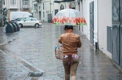 Retrato da mulher negra com o guarda-chuva florido na rua Imagens de Stock