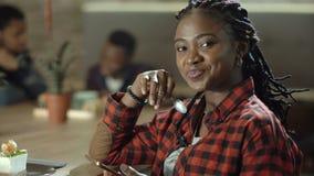 Retrato da mulher negra de sorriso no café vídeos de arquivo