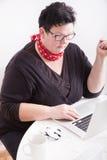 Retrato da mulher no ambiente do escritório fotos de stock