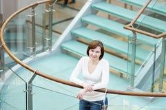 Retrato da mulher no centro comercial Imagens de Stock