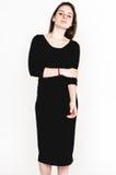 Retrato da mulher no estúdio preto do vestido que levanta com o atrativo longo do cabelo isolado no branco Fotos de Stock Royalty Free