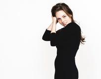 Retrato da mulher no estúdio preto do vestido que levanta com o atrativo longo do cabelo isolado no branco Fotos de Stock