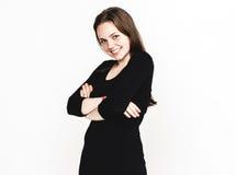 Retrato da mulher no estúdio preto do vestido que levanta com o atrativo longo do cabelo isolado no branco Imagens de Stock