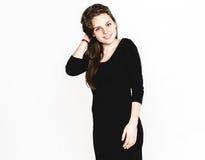 Retrato da mulher no estúdio preto do vestido que levanta com o atrativo longo do cabelo isolado no branco Foto de Stock