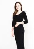 Retrato da mulher no estúdio preto do vestido que levanta com o cabelo longo atrativo Fotos de Stock Royalty Free