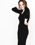 Retrato da mulher no estúdio preto do vestido que levanta com o cabelo longo atrativo Imagens de Stock Royalty Free