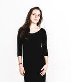 Retrato da mulher no estúdio preto do vestido que levanta com o cabelo longo atrativo Fotografia de Stock