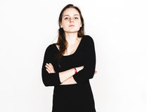 Retrato da mulher no estúdio preto do vestido que levanta com o cabelo longo atrativo Imagem de Stock