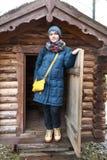 Retrato da mulher no fundo da cabana rústica de madeira imagens de stock