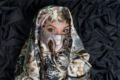 Retrato da mulher no hijab, chador no fundo escuro fotos de stock royalty free