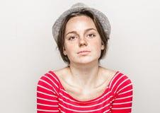 Retrato da mulher no moderno do chapéu em bonito feliz da roupa vermelha das listras fotografia de stock royalty free