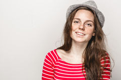 Retrato da mulher no moderno do chapéu em bonito feliz da roupa vermelha das listras fotografia de stock