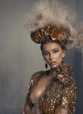 Retrato da mulher no ouro imagem de stock