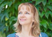 Retrato da mulher no parque do verão imagem de stock